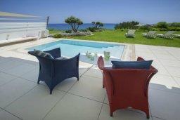 Зона отдыха у бассейна. Кипр, Пернера : Роскошная вилла с панорамным видом на Средиземное море, с 6-ю спальнями, с бассейном, тенистой террасой с патио, барбекю, расположена на побережье около пляжа Sirena Bay Beach