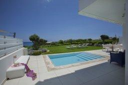 Бассейн. Кипр, Пернера : Роскошная вилла с панорамным видом на Средиземное море, с 6-ю спальнями, с бассейном, тенистой террасой с патио, барбекю, расположена на побережье около пляжа Sirena Bay Beach