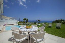 Патио. Кипр, Пернера : Роскошная вилла с панорамным видом на Средиземное море, с 6-ю спальнями, с бассейном, тенистой террасой с патио, барбекю, расположена на побережье около пляжа Sirena Bay Beach