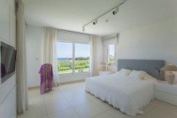 Спальня. Кипр, Пернера : Роскошная вилла с панорамным видом на Средиземное море, с 6-ю спальнями, с бассейном, тенистой террасой с патио, барбекю, расположена на побережье около пляжа Sirena Bay Beach