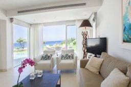 Гостиная. Кипр, Пернера : Роскошная вилла с панорамным видом на Средиземное море, с 6-ю спальнями, с бассейном, тенистой террасой с патио, барбекю, расположена на побережье около пляжа Sirena Bay Beach