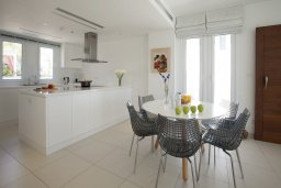 Кухня. Кипр, Пернера : Роскошная вилла с панорамным видом на Средиземное море, с 6-ю спальнями, с бассейном, тенистой террасой с патио, барбекю, расположена на побережье около пляжа Sirena Bay Beach
