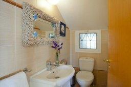 Ванная комната. Кипр, Пернера : Очаровательная вилла с 4-мя спальнями, с бассейном, просторным красивым садом и крытой террасой с патио и барбекю,  расположена всего в 200 метрах от знаменитого пляжа Kalamies Beach