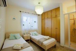 Спальня. Кипр, Пернера : Очаровательная вилла с 4-мя спальнями, с бассейном, просторным красивым садом и крытой террасой с патио и барбекю,  расположена всего в 200 метрах от знаменитого пляжа Kalamies Beach