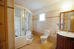 Ванная комната 2. Кипр, Пернера : Очаровательная вилла с 4-мя спальнями, с бассейном, просторным красивым садом и крытой террасой с патио и барбекю,  расположена всего в 200 метрах от знаменитого пляжа Kalamies Beach