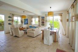 Гостиная. Кипр, Пернера : Очаровательная вилла с 4-мя спальнями, с бассейном, просторным красивым садом и крытой террасой с патио и барбекю,  расположена всего в 200 метрах от знаменитого пляжа Kalamies Beach