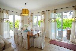 Обеденная зона. Кипр, Пернера : Очаровательная вилла с 4-мя спальнями, с бассейном, просторным красивым садом и крытой террасой с патио и барбекю,  расположена всего в 200 метрах от знаменитого пляжа Kalamies Beach