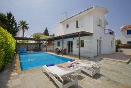 Фасад дома. Кипр, Пернера : Очаровательная вилла с 4-мя спальнями, с бассейном, просторным красивым садом и крытой террасой с патио и барбекю,  расположена всего в 200 метрах от знаменитого пляжа Kalamies Beach