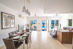 Обеденная зона. Кипр, Сиренс Бич - Айя Текла : Фантастическая вилла с панорамным видом на Средиземное море, 3-мя спальнями, с бассейном с подогревом, с тенистой террасой с патио и барбекю, расположена на побережье в Ayia Thekla