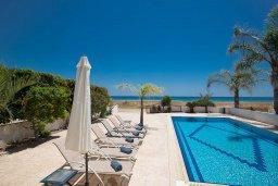 Бассейн. Кипр, Сиренс Бич - Айя Текла : Фантастическая вилла с панорамным видом на Средиземное море, 3-мя спальнями, с бассейном с подогревом, с тенистой террасой с патио и барбекю, расположена на побережье в Ayia Thekla