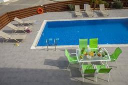 Парковка. Кипр, Фиг Три Бэй Протарас : Современная вилла с 4-мя спальнями, с открытым плавательным бассейном, с большим садом и прекрасным видом на море, расположена в спокойном и тихом районе Протараса