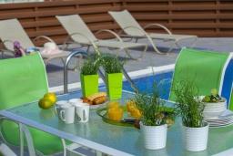 Обеденная зона. Кипр, Фиг Три Бэй Протарас : Современная вилла с 4-мя спальнями, с открытым плавательным бассейном, с большим садом и прекрасным видом на море, расположена в спокойном и тихом районе Протараса