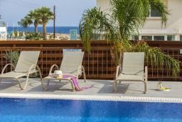 Зона отдыха у бассейна. Кипр, Фиг Три Бэй Протарас : Современная вилла с 4-мя спальнями, с открытым плавательным бассейном, с большим садом и прекрасным видом на море, расположена в спокойном и тихом районе Протараса
