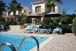 Зона отдыха у бассейна. Кипр, Писсури : Новая вилла с 3-мя спальнями для 6-ти человек с панорамным видом на море и горы , с открытым плавательным бассейном.