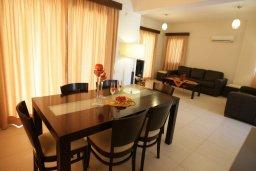 Обеденная зона. Кипр, Писсури : Новая вилла с 3-мя спальнями для 6-ти человек с панорамным видом на море и горы , с открытым плавательным бассейном.