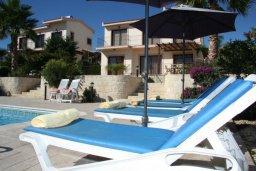 Зона отдыха у бассейна. Кипр, Писсури : Прекрасная вилла с фантастическим панорамным видом на море с 3-мя спальнями для 6-ти человек