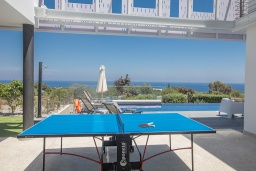 Зона отдыха у бассейна. Кипр, Коннос Бэй : Роскошная вилла с террасой на крыше с панорамным видом на Средиземное море, с 4-мя спальнями, с бильярдом и настольным футболом, с бассейном с подогревом, с lounge-зоной и барбекю, расположена в живописном месте в Cape Greco