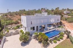 Вид на виллу/дом снаружи. Кипр, Коннос Бэй : Роскошная вилла с террасой на крыше с панорамным видом на Средиземное море, с 4-мя спальнями, с бильярдом и настольным футболом, с бассейном с подогревом, с lounge-зоной и барбекю, расположена в живописном месте в Cape Greco