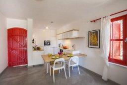 Обеденная зона. Кипр, Санрайз Протарас : Потрясающий апартамент в традиционном греческом стиле с видом на Средиземное море, с 2-мя спальнями, зелёным садом с патио и барбекю, расположен в тихом районе Profitis Elias Hill