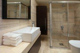 Ванная комната. Кипр, Ларнака город : Современный апартамент на берегу моря с 2-мя спальнями и с балконом с потрясающим видом на Средиземное море
