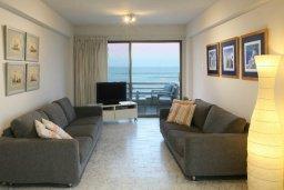Гостиная. Кипр, Ларнака город : Современный апартамент на берегу моря с 2-мя спальнями и с балконом с потрясающим видом на Средиземное море