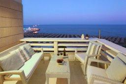 Балкон. Кипр, Ларнака город : Современный апартамент на берегу моря с 2-мя спальнями и с балконом с потрясающим видом на Средиземное море