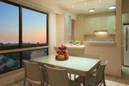 Обеденная зона. Кипр, Ларнака город : Современный апартамент на берегу моря с 2-мя спальнями и с балконом с потрясающим видом на Средиземное море