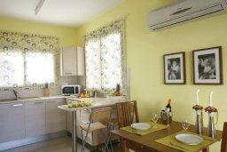 Кухня. Кипр, Каппарис : Таунхаус с 2-мя спальнями и патио, в комплексе с открытым бассейном, спа-центром и тренажерным залом