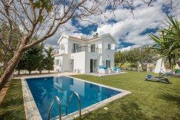 Вид на виллу/дом снаружи. Кипр, Сиренс Бич - Айя Текла : Потрясающая вилла с 3-мя спальнями, с большим зелёным садом, с бассейном, солнечной террасой с патио и барбекю, расположена в 300 метрах от моря
