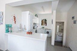 Кухня. Кипр, Сиренс Бич - Айя Текла : Потрясающая вилла с 3-мя спальнями, с большим зелёным садом, с бассейном, солнечной террасой с патио и барбекю, расположена в 300 метрах от моря