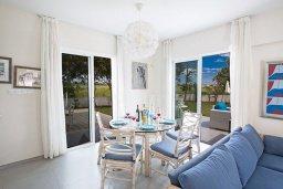 Обеденная зона. Кипр, Сиренс Бич - Айя Текла : Потрясающая вилла с 3-мя спальнями, с большим зелёным садом, с бассейном, солнечной террасой с патио и барбекю, расположена в 300 метрах от моря