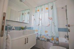 Ванная комната 2. Кипр, Лачи : Фантастическая вилла с 3-мя спальнями и потрясающим видом на Средиземное море, с открытым плавательным бассейном и барбекю