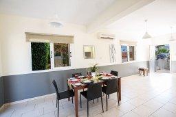 Обеденная зона. Кипр, Сиренс Бич - Айя Текла : Прекрасная вилла с 3-мя спальнями, с удивительным зелёным садом, открытым бассейном и барбекю