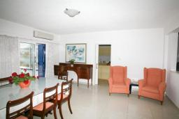 Кипр, Киссонерга : Восхитительная вилла с 2-мя спальнями, с бассейном,  бильярдом, настольным теннисом и тренажерным залом