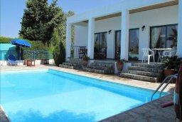 Фасад дома. Кипр, Полис город : Уютная вилла с 2-мя спальнями, с бассейном, тенистой террасой с патио и барбекю, расположена в Лачи