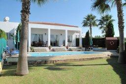 Фасад дома. Кипр, Полис город : Вилла с видом на море, с 2-мя спальнями, с бассейном, зелёным садом с патио и барбекю, расположена в Лачи
