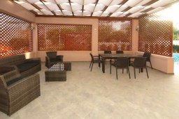 Патио. Кипр, Пареклисия : Современная вилла с бассейном и зеленым двориком с барбекю, 3 спальни, 3 ванные комнаты, парковка, Wi-Fi