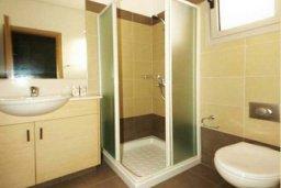 Ванная комната. Кипр, Пареклисия : Современная вилла с бассейном и зеленым двориком с барбекю, 3 спальни, 3 ванные комнаты, парковка, Wi-Fi