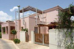 Фасад дома. Кипр, Пареклисия : Современная вилла с бассейном и зеленым двориком с барбекю, 3 спальни, 3 ванные комнаты, парковка, Wi-Fi