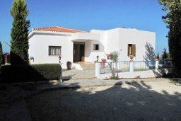 Фасад дома. Кипр, Полис город : Вилла с 2-мя спальнями, с бассейном,  зелёной территорией с патио и барбекю, расположена в Лачи