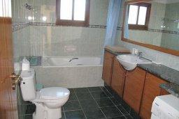 Ванная комната. Кипр, Полис город : Вилла с 2-мя спальнями, с бассейном,  зелёной территорией с патио и барбекю, расположена в Лачи