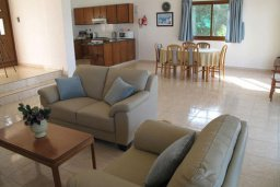 Гостиная. Кипр, Полис город : Вилла с 2-мя спальнями, с бассейном,  зелёной территорией с патио и барбекю, расположена в Лачи