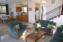 Гостиная. Кипр, Полис город : Комфортабельная вилла с 2-мя спальнями, с бассейном, тенистой террасой с патио и барбекю, расположена в Лачи