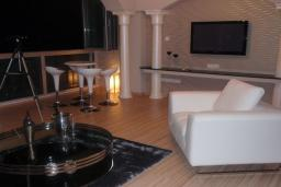 Кипр, Мутаяка Лимассол : Апартамент в 50 метрах от пляжа с шикарным видом на море, с большой гостиной и тремя отдельными спальнями, для 5 человек