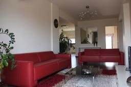 Гостиная. Кипр, Мутаяка Лимассол : Апартамент с большой гостиной и тремя отдельными спальнями, для 5 человек