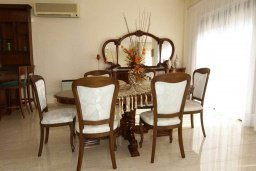 Обеденная зона. Кипр, Айос Тихонас Лимассол : Шикарная вилла с 3-мя спальнями, с бассейном, тренажерным залом, расположена в Лимассоле