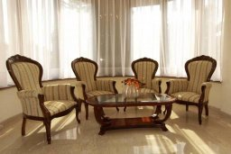Гостиная. Кипр, Айос Тихонас Лимассол : Шикарная вилла с 3-мя спальнями, с бассейном, тренажерным залом, расположена в Лимассоле