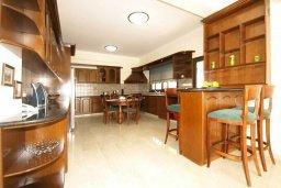 Кухня. Кипр, Айос Тихонас Лимассол : Шикарная вилла с 3-мя спальнями, с бассейном, тренажерным залом, расположена в Лимассоле