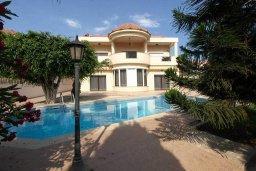 Фасад дома. Кипр, Айос Тихонас Лимассол : Шикарная вилла с 3-мя спальнями, с бассейном, тренажерным залом, расположена в Лимассоле