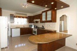 Кухня. Кипр, Центр Лимассола : Апартамент в 50 метрах от пляжа, с балконом и видом на море, с большой гостиной, тремя отдельными спальнями и двумя ванными комнатами, для 6 человек